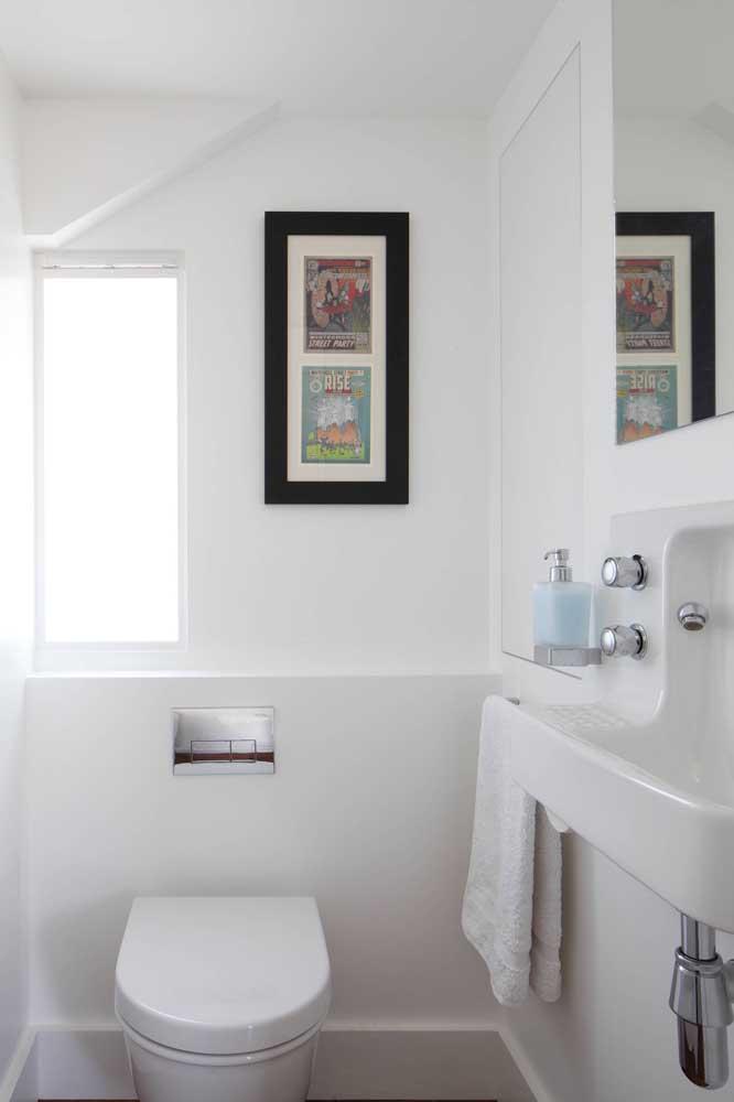 Esse lavabo pequeno teve sua proporção de tamanho visualmente aumentada graças ás paredes e peças brancas usadas no projeto