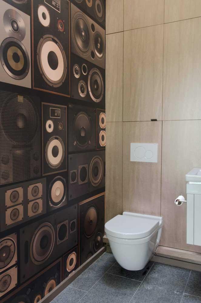 Que inspiração diferente e original para um lavabo! O adesivo para a parede trouxe alto falantes na estampa