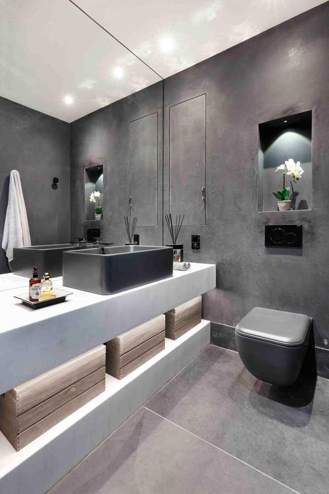 As fitas de LED sob os móveis da pia são o destaque na iluminação desse outro lavabo