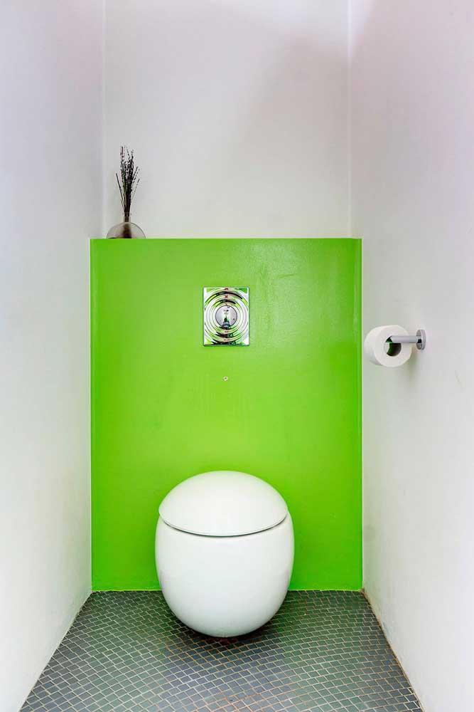 O lavabo moderno e de influência minimalista ficou incrível com a parede verde quebrando a monotonia do branco