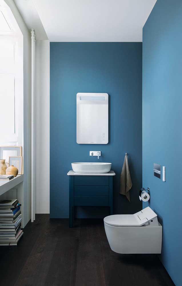 O tom de azul na parede inspira leveza e tranquilidade para o lavabo decorado