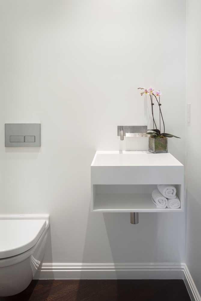 Lavabo pequeno e funcional com gabinete simples