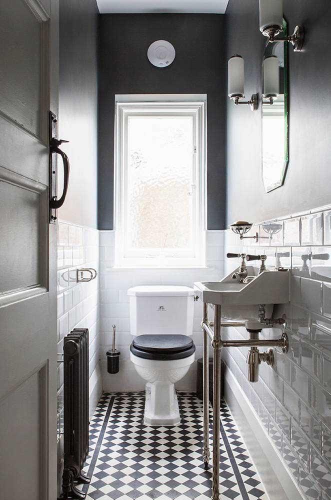 O lavabo decorado vintage ficou perfeito com o piso de ladrilhos hidráulicos; destaque para a dupla preto e branco se mostrando com toda sua força