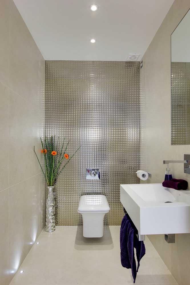 Lavabo decorado moderno com revestimento em 3D e spots instalados no chão para mudar um pouco o padrão de iluminação tradicional