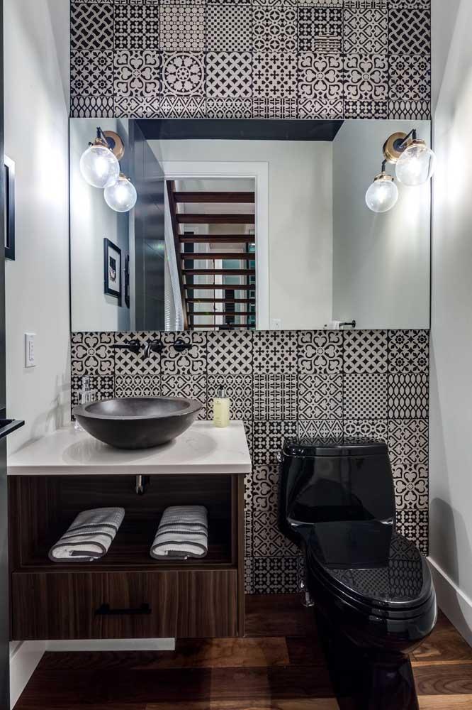 Os revestimentos de estilo retrô trazem movimento e descontração para a decoração desse lavabo