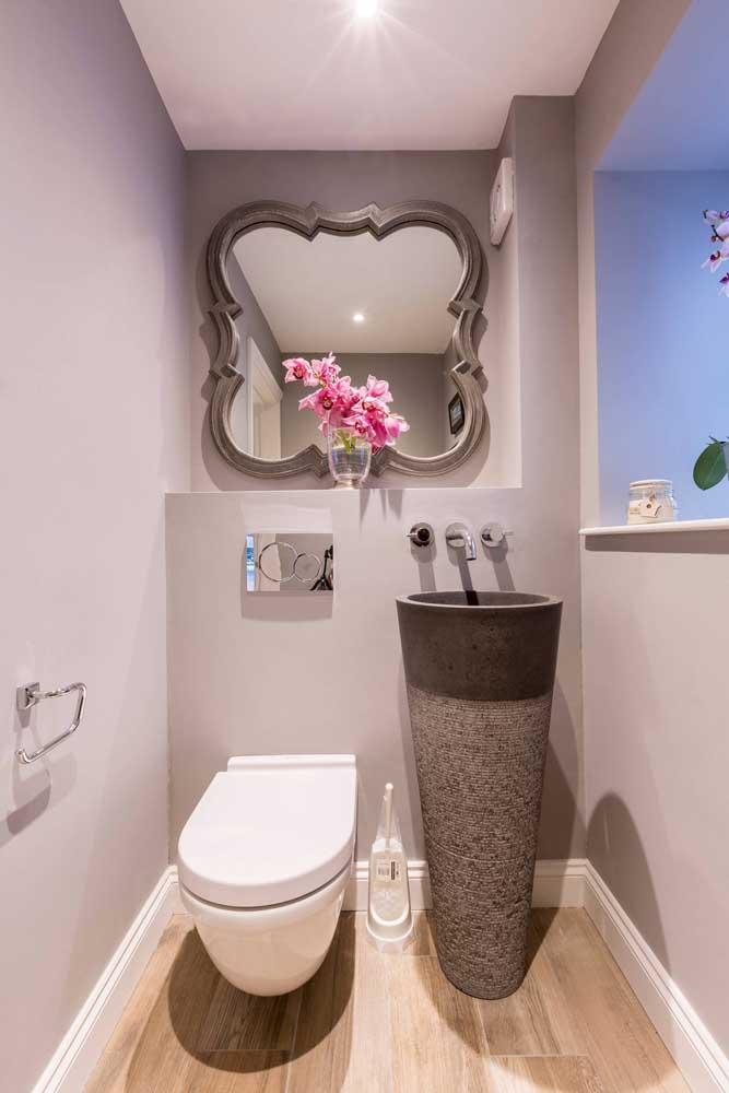 O mix entre estilo romântico e moderno salta aos olhos nesse pequeno lavabo; perceba como essa interação é harmônica entre a pia e o espelho.