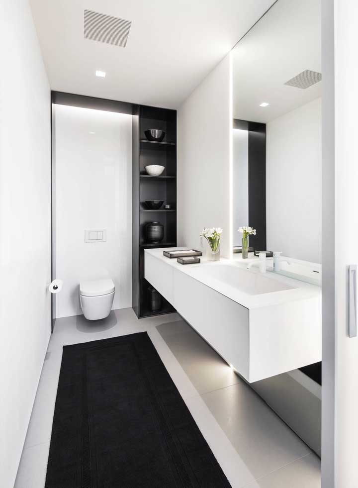 Lavabo decorado moderno em preto e branco com prateleira e pia sob medida