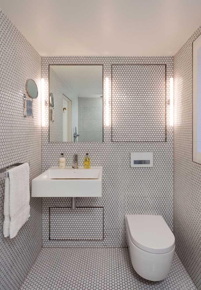 Este lavabo ganhou um toque diferente dos tradicionais, com a iluminação entre o espelho e a moldura que imita a peça