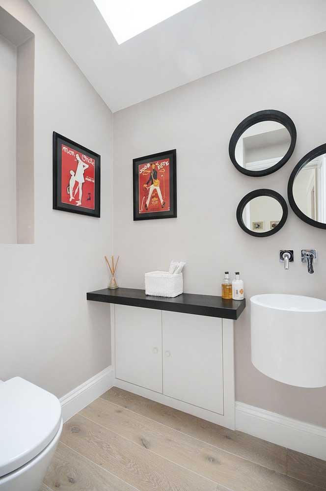 Lavabo decorado planejado com espelhos redondos e quadrinhos na parede para ajudar na decor