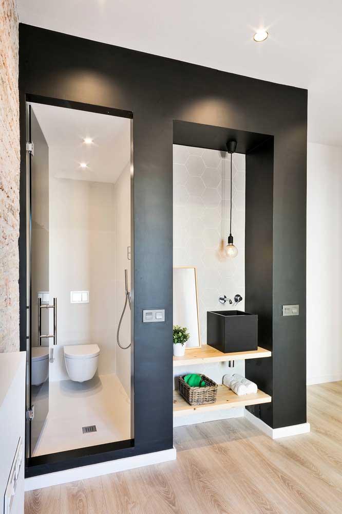 Uma inspiração incrível para quem sonha com um lavabo decorado, mas tem pouquíssimo espaço disponível: aqui a pia e o espelho ficaram do lado de fora do ambiente