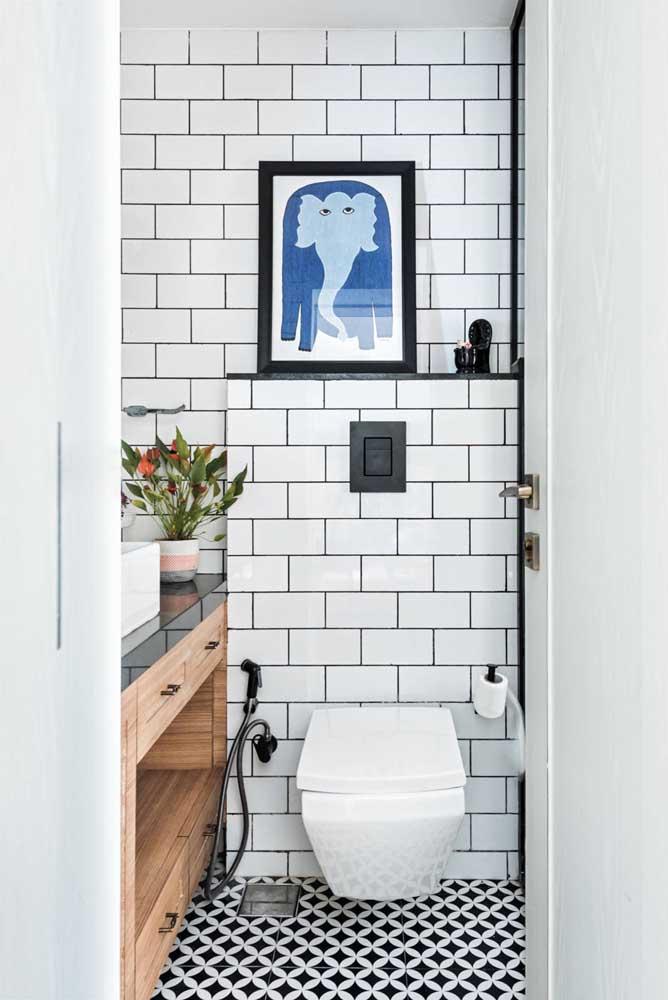 Já esse outro lavabo decorado simples contou com o charme atemporal e o contraste sempre lindo entre o preto e o branco