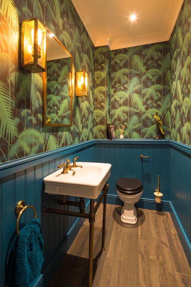 Lavabo decorado com papel de parede, arandelas e espelho com moldura em ferro: inspiração tropical para deixar as visitas boquiabertas