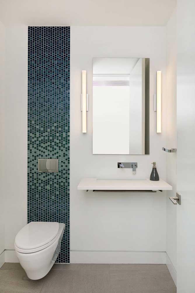 Este lavabo decorado moderno ganhou um charme extra com a pequena faixa em pastilhas azuis
