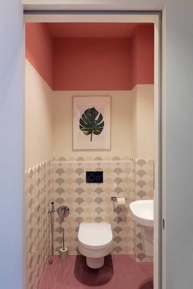 Três faixas de revestimento nas paredes desse pequeno lavabo