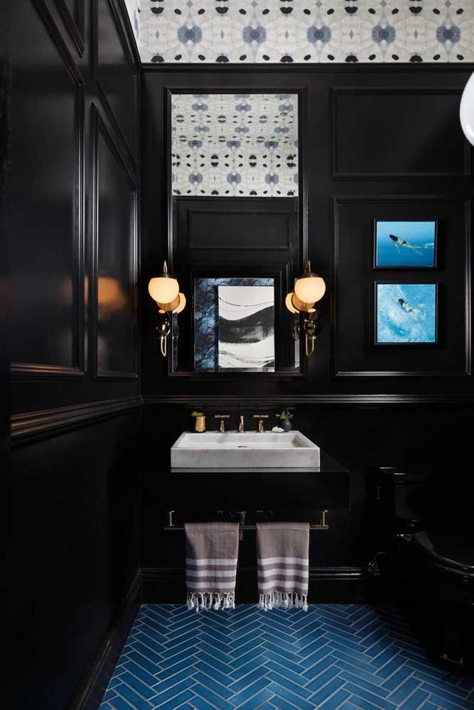 Moderno, cheio de estilo e lindo de viver! Esse lavabo decorado em preto conta com arandelas em torno do espelho e um teto decorado