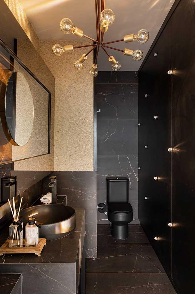 A combinação entre preto e dourado traz elegância e sofisticação a esse lavabo de tamanho maior