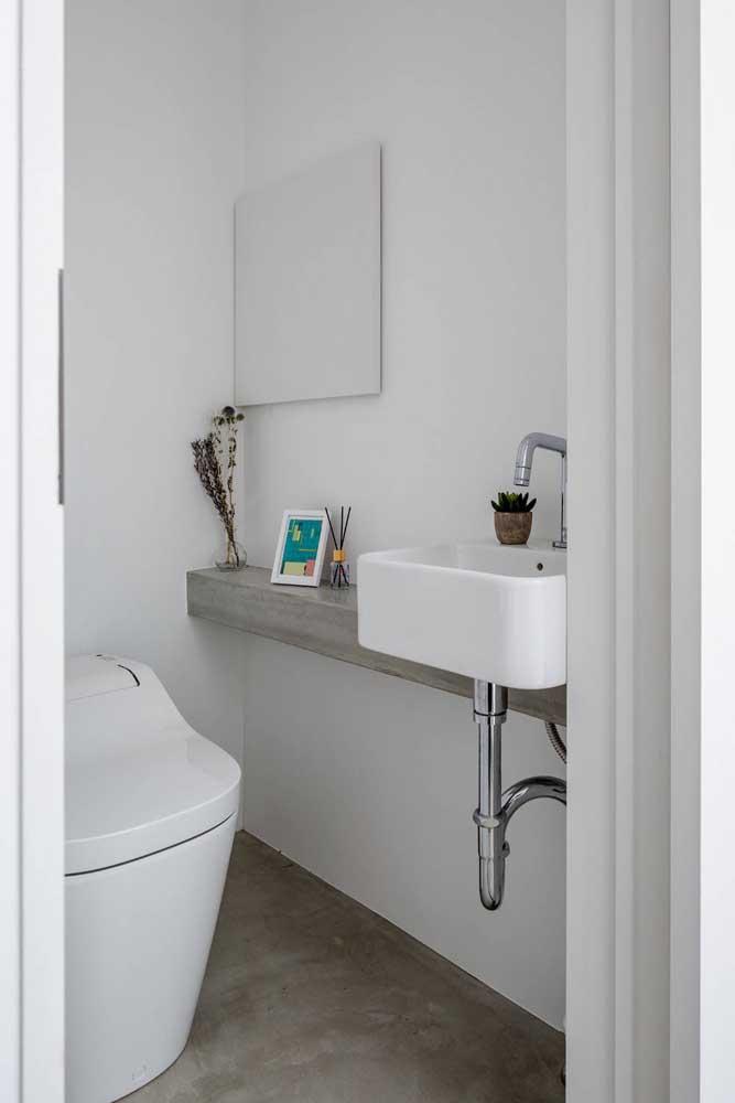 Lavabo pequeno decorado com pia em alvenaria e espelho simples