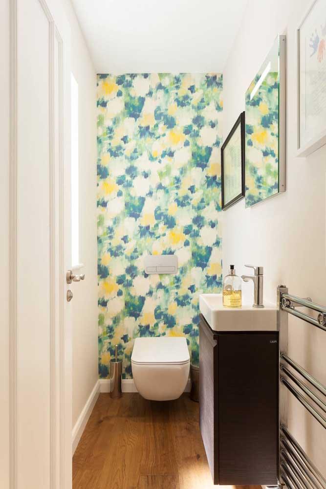 O papel de parede pode ser usado sem medo no lavabo, afinal o ambiente não recebe umidade
