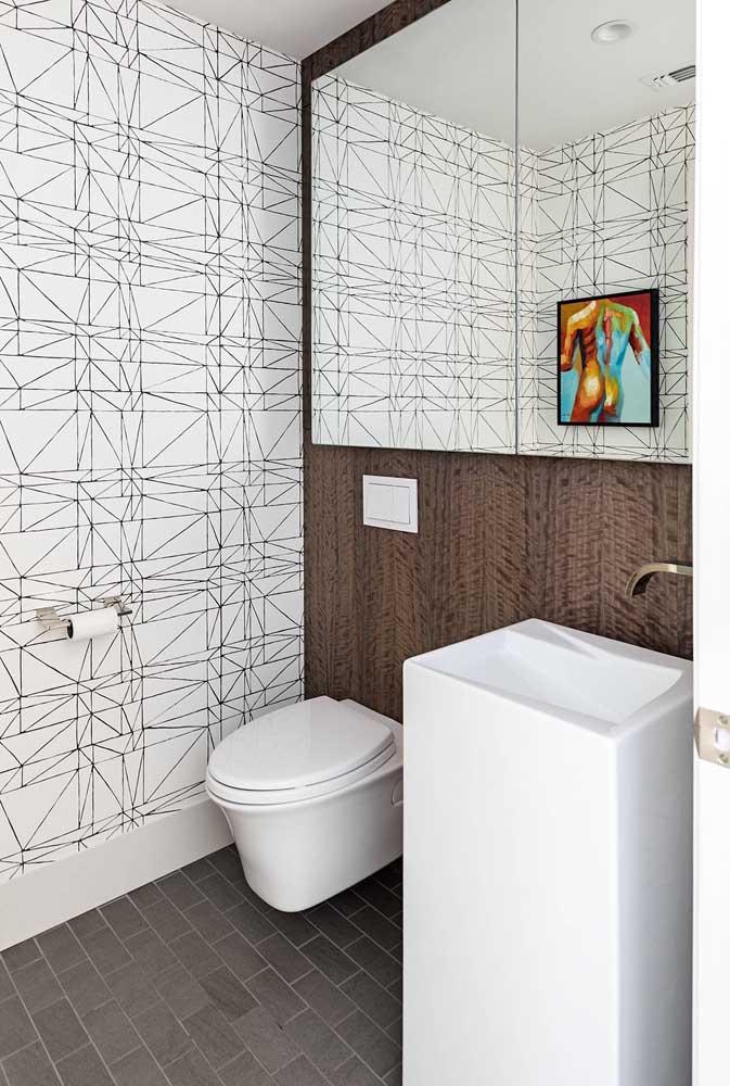 O charme desse banheiro está nas paredes, tanto no revestimento, quanto no espelho em duas placas