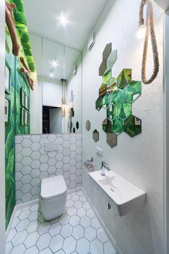 Os espelhos em formato hexagonal encaixados um no outro refletem o papel de parede à frente; um ótimo jeito de valorizar a decoração do lavabo