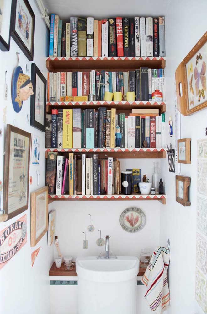 Lavabo decorado ou mini espaço cultural? Aqui, os livros e os quadros dão um toque cult ao ambiente