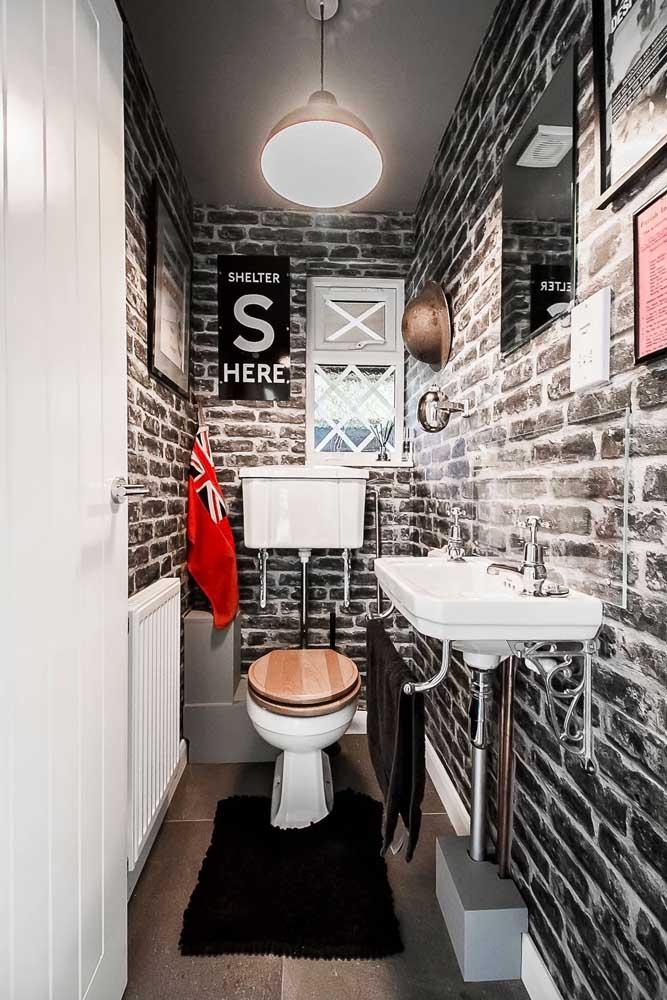 Jovial e despojado, esse lavado decorado traz paredes com tijolinhos aparentes e tons que ficam entre o preto, branco e vermelho