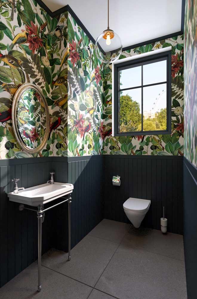 Esse lavabo decorado trouxe a união das placas de madeira ao papel de parede com folhagens; inspiração para quem busca algo marcante e cheio de estilo