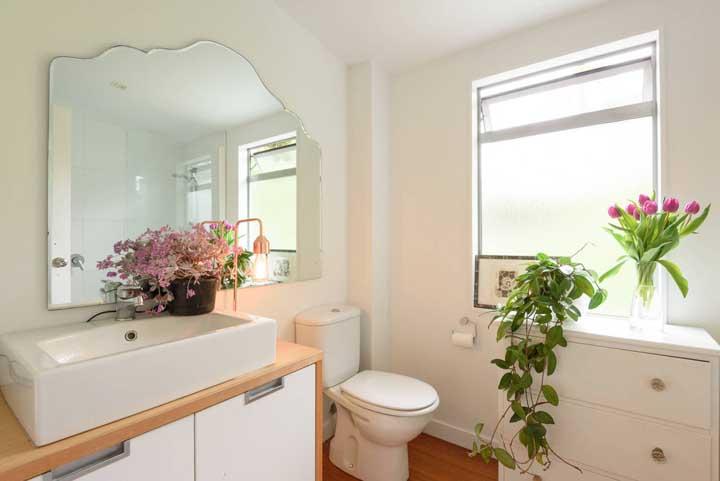 Romântico, delicado e com um pé no estilo provençal, esse lavabo decorado se beneficia das cores claras e da luz natural