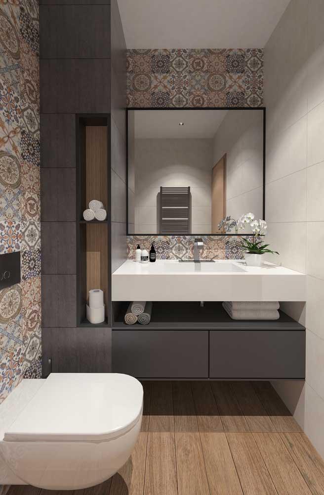 Revestimentos modernos foram os escolhidos para esse lavabo decorado com móveis sob medida.