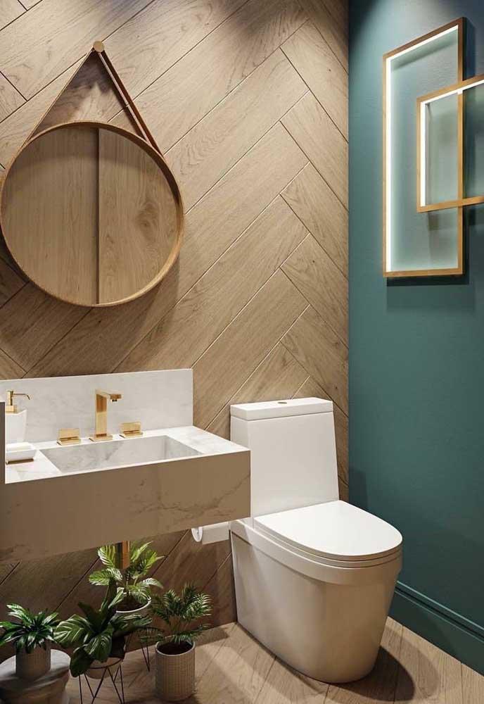 Nesse lavabo decorado, as placas de vinílico imitando madeira ficaram lindas em combinação com a parede azul turquesa