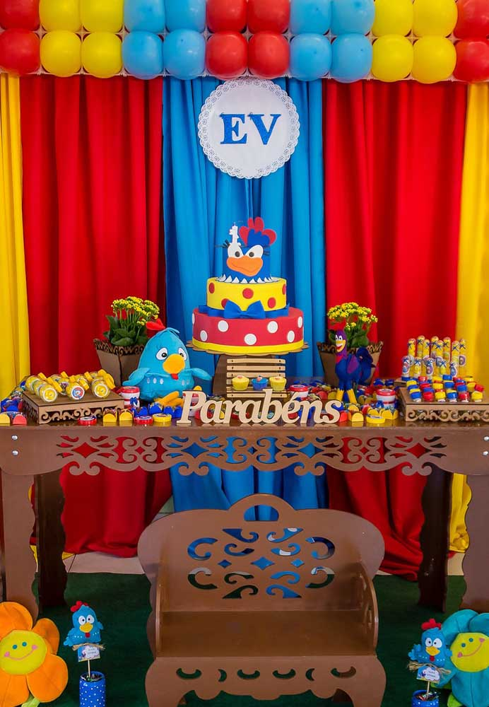 Na festa galinha pintadinha dá para fazer uma decoração no estilo provençal, selecionando os elementos decorativos relacionados com esse estilo como mesa e bandejas.
