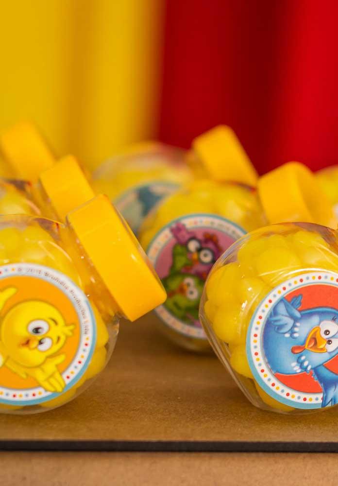 Compre guloseimas com as cores da festa e personalize as embalagens com os personagens principais da animação.