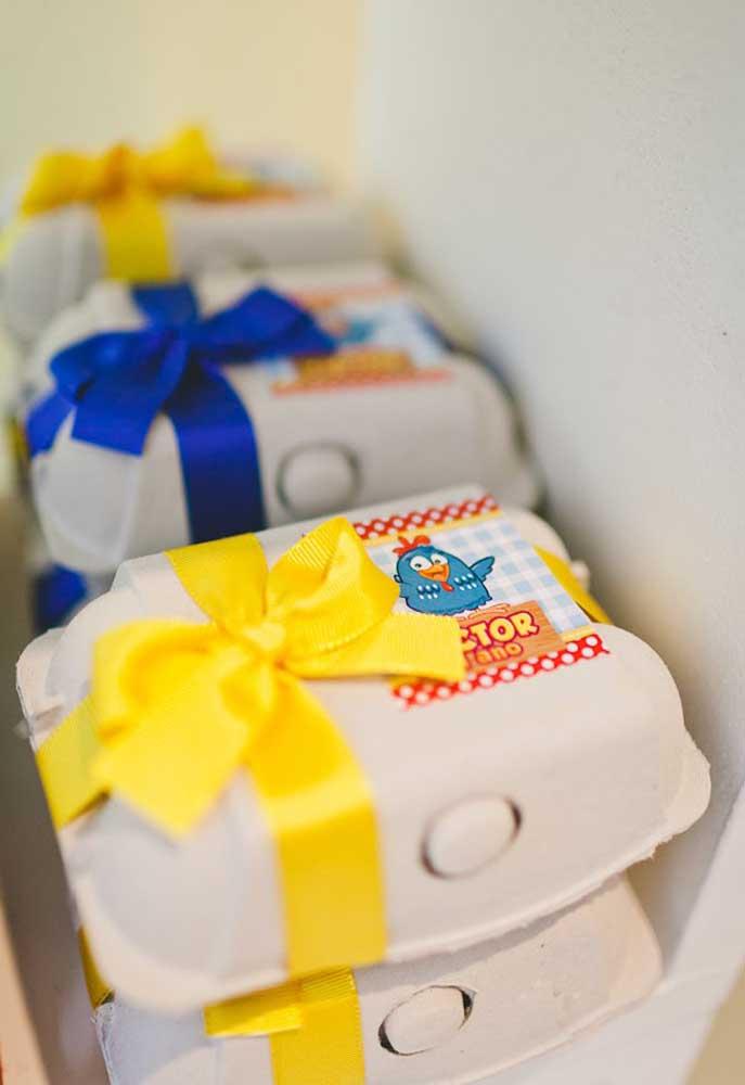 Que tal reaproveitar as caixinhas de ovos para fazer as lembrancinhas da festa? Você pode colocar várias guloseimas dentro e personalizá-las com adesivos e fitas.