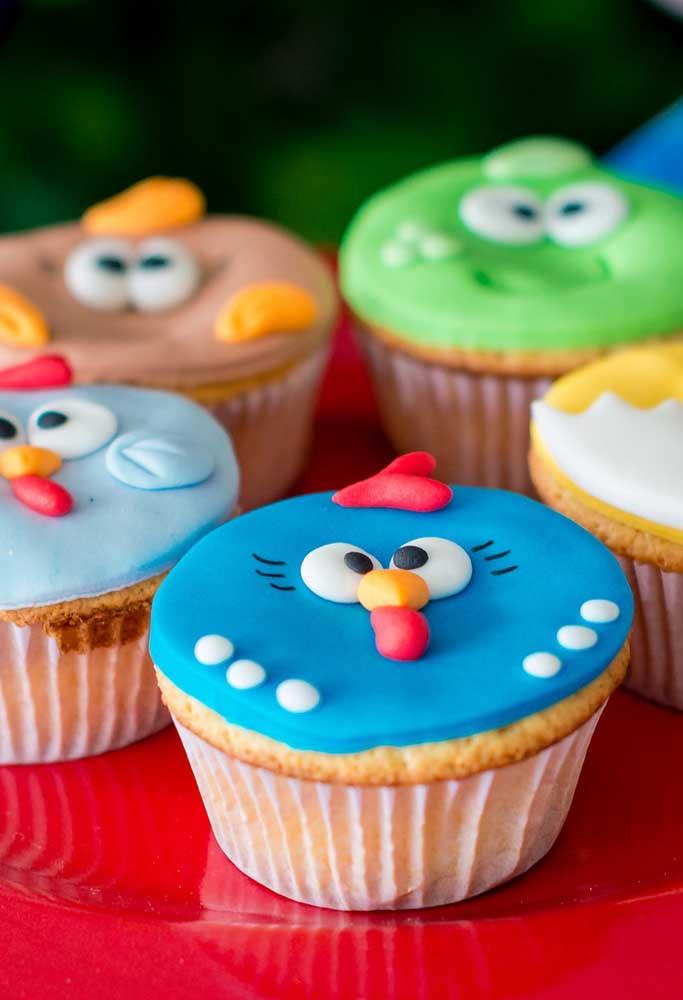 Na hora de produzir o cupcake, use pasta americana para modelar a carinha dos personagens da Galinha Pintadinha no topo.