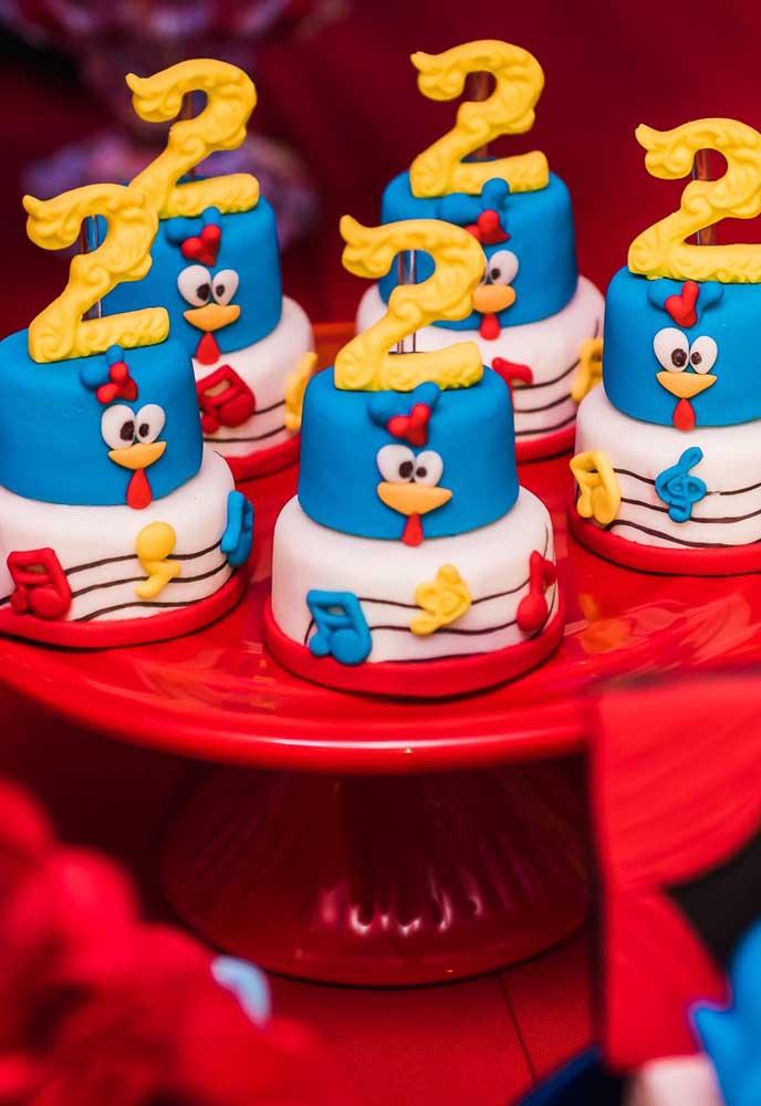 Que tal preparar vários docinhos no formato do bolo da festa? O resultado é incrível e combina muito bem com a decoração.