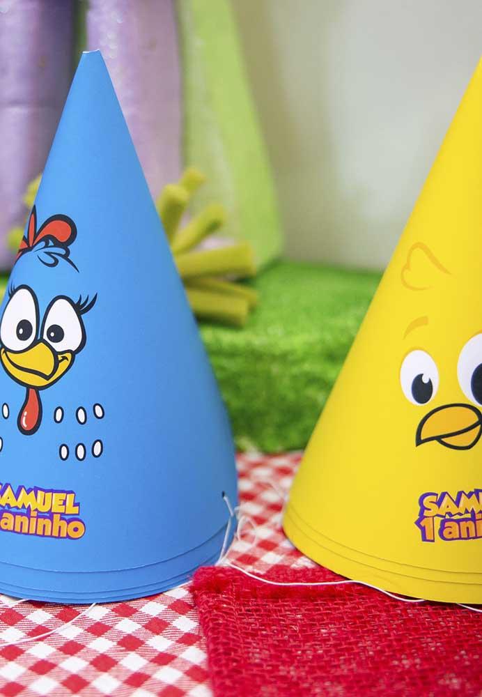 Os chapeuzinhos com os personagens principais do tema Galinha Pintadinha não podem faltar na festa de aniversário.