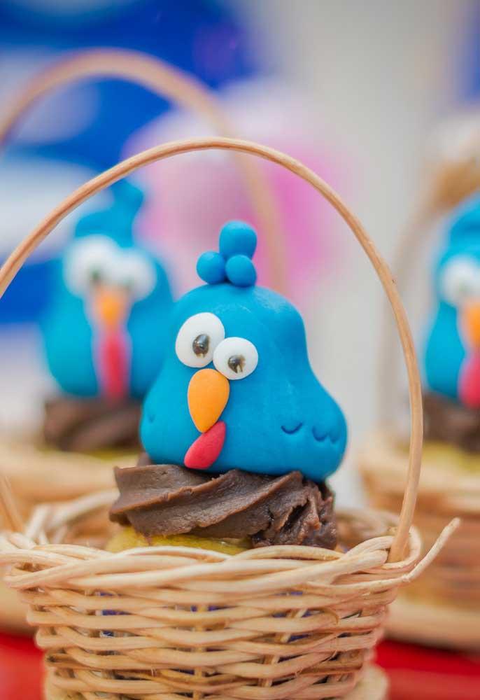 O que acha de servir os doces e bolos em cestinhas de palha? Para decorar, use massa para modelar a galinha pintadinha.