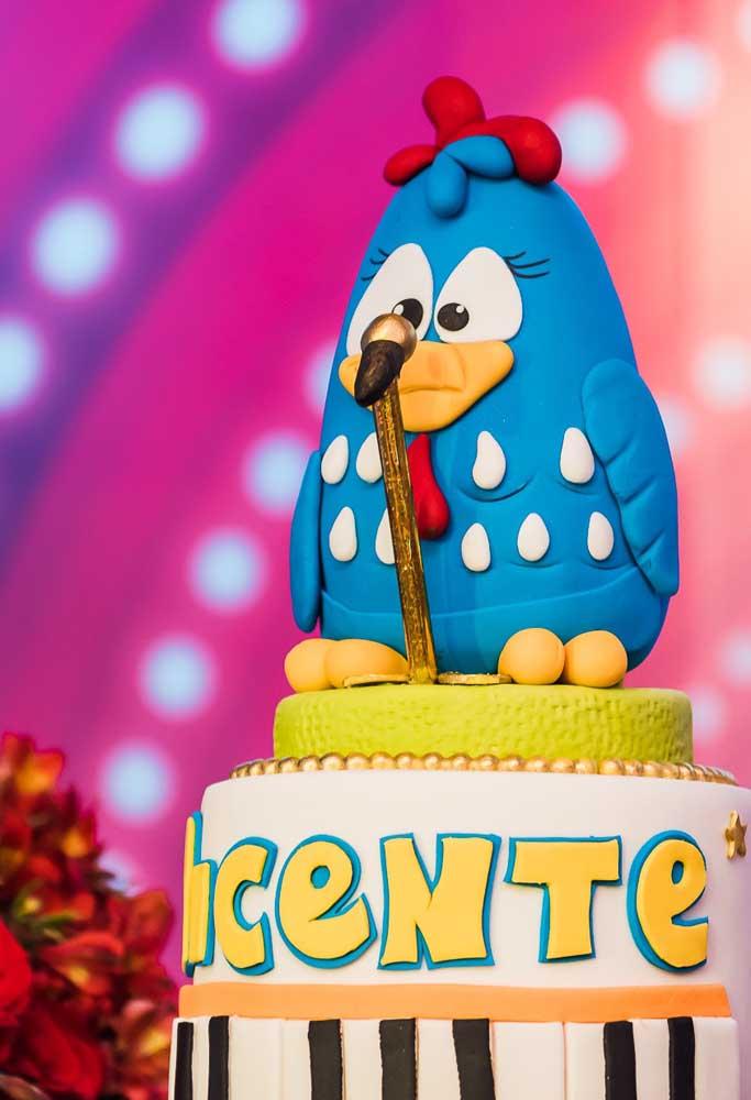 Já sabe o que vai colocar no topo do bolo de aniversário? Como o tema é Galinha Pintadinha, nada mais justo do que colocá-la como destaque.