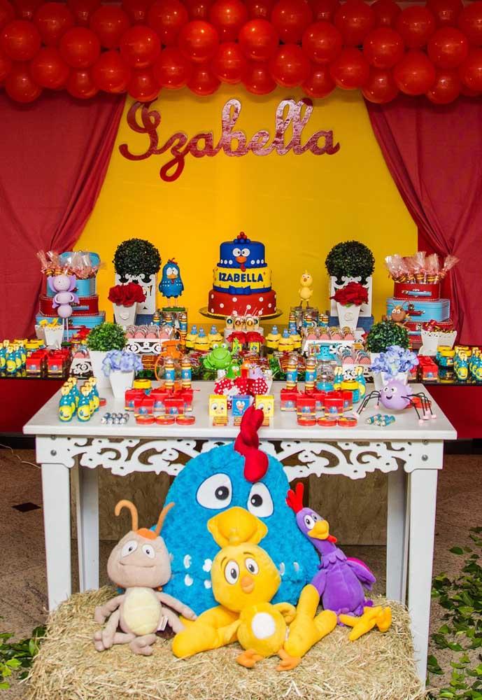 Capriche na decoração da mesa principal da festa com o tema Galinha Pintadinha.