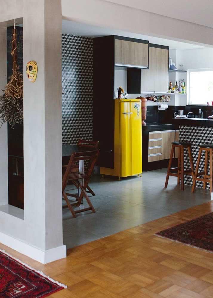 Azulejos com desenhos geométricos são a escolha deste projeto de cozinha.