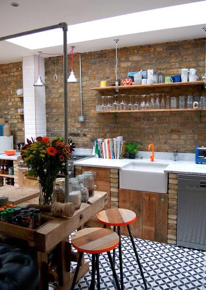 Azulejos com combinação de branco e azul instalados no piso da cozinha.