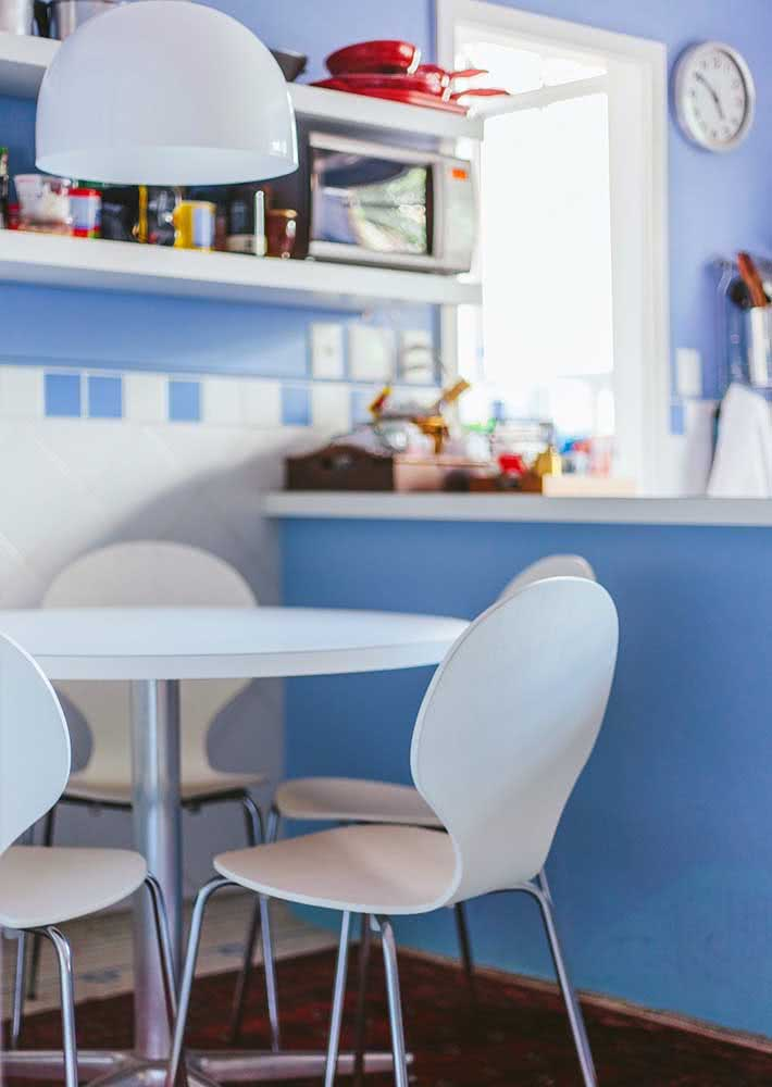 Azulejos azul e branco instalados nesta cozinha.