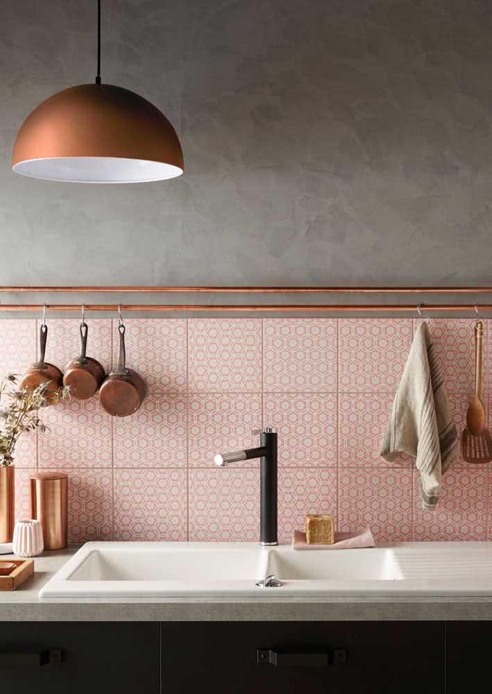 Já a escolha desta cozinha em tons de cobre foi pelo azulejo em meia parede.