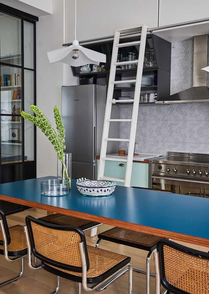 Cozinha aconchegante com escolha de azulejos claros.