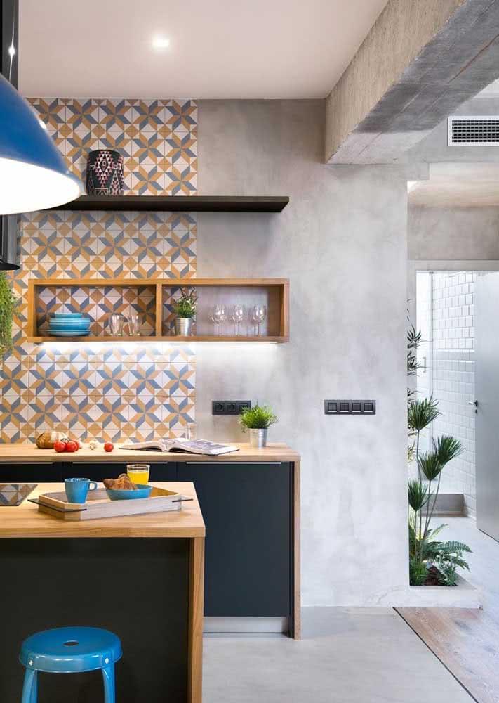 Azulejos que são a cara da marcenaria escolhida para compor este projeto de cozinha