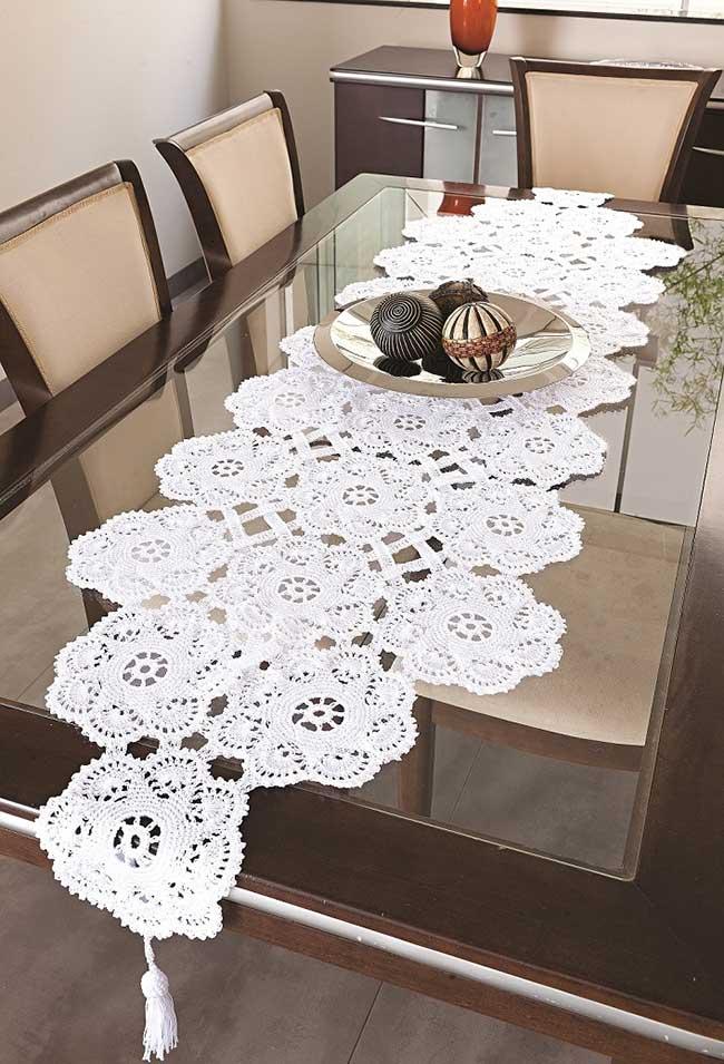 Um lindo trabalho de caminho de mesa de crochê para sala de jantar