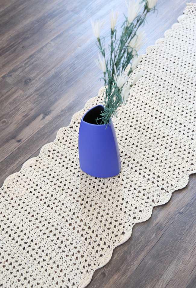 Caminho de mesa de crochê para destacar um objeto decorativo
