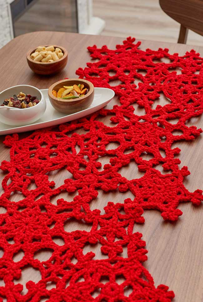 Vermelho como destaque no caminho de mesa de crochê