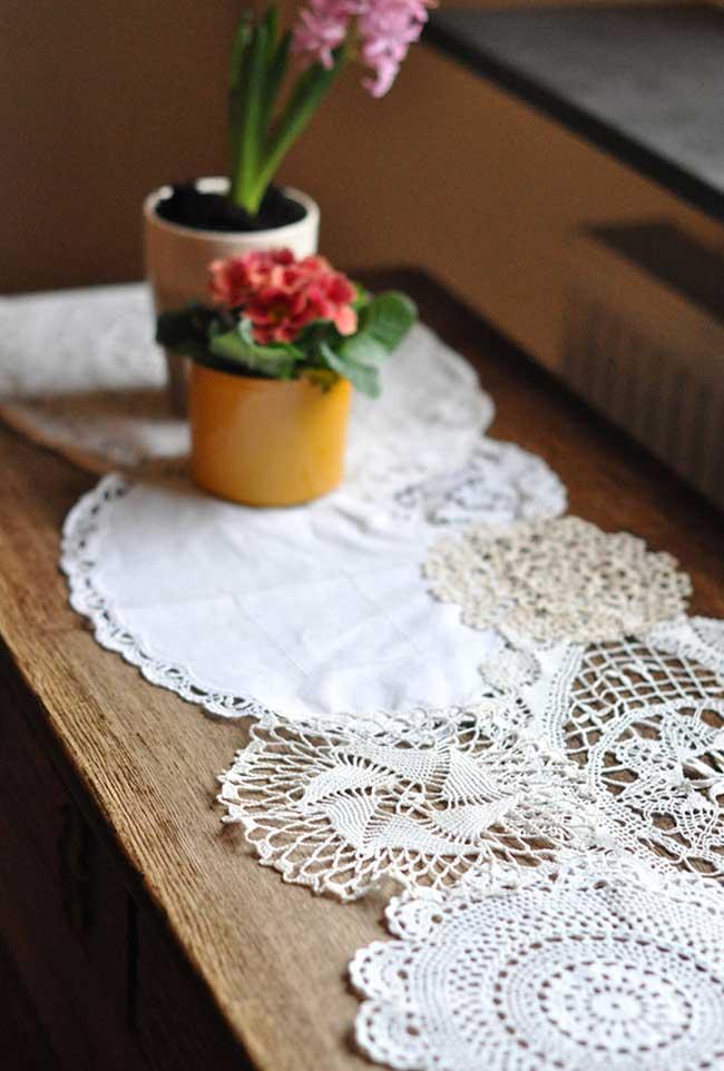 Mescla de crochê com costura para o caminho de mesa