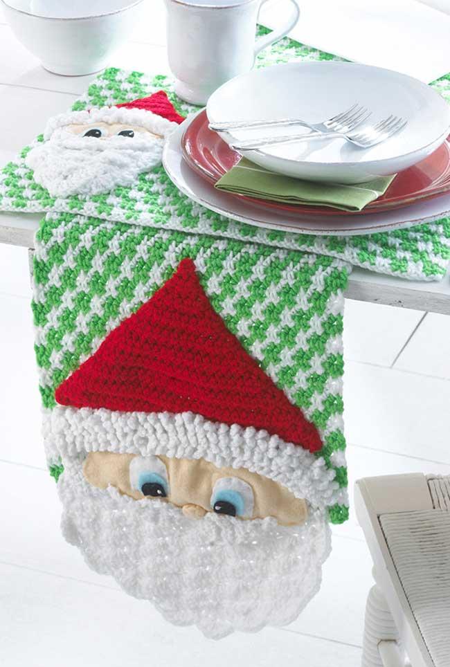 Todo o espírito natalino para o caminho de mesa de crochê!